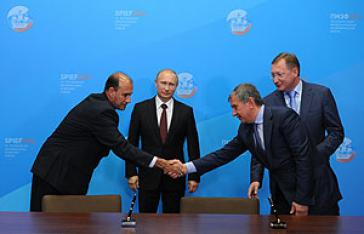 Rosneft-Chef Ogot Sechin und CUPET-Präsident Juan Torres Naranjo 2014 in St. Petersburg