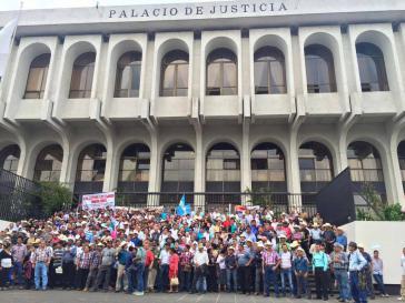 Unterstützer des Widerstands gegen das Bergwerk El Tambor vor dem Obersten Gerichtshof