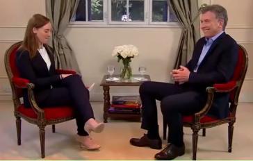 """Staatspräsident Mauricio Macri im Gespräch mit Karla Zabludovsky von """"Buzzfeed"""" (Screenshot)"""