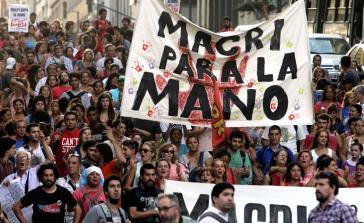"""Unter dem Motto """"Macri, halt ein"""" sind Massendemonstrationen gegen die Politik des neuen Präsidenten an der Tagesordnung"""