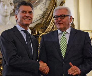 Argentiniens Präsident Macri begrüßt Außenminister Steinmeier in Buenos Aires.