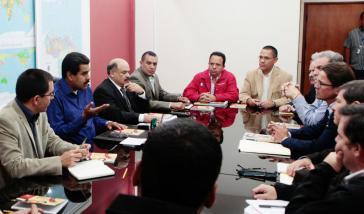Präsident Maduro sucht den Dialog mit Unternehmern. Ihm gegenüber (mit Brille) Lorenzo Mendoza, Vorstandsvorsitzender von Polar, dem größten Lebensmittelkonzern und Privatunternehmen Venezuelas