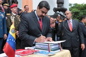 ... wo Präsident Maduro den Haushalt 2017 unterzeichnete