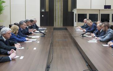 Die Delegationen von Mauricio Macri, Argentinien, und Wladimir Putin, Russland