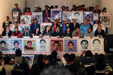 Bei einer öffentlichen Veranstaltung legte die EAAFam 9. Februar 2016 ihren Bericht zum Fall Ayotzinapa vor