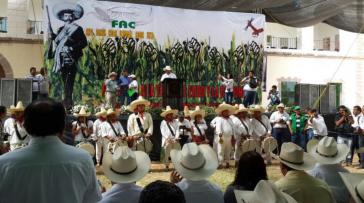 Aktivisten der Frente Autentico del Campo (FAC) vor einem Plakat, das Revolutionär Emiliano Zapata zeigt
