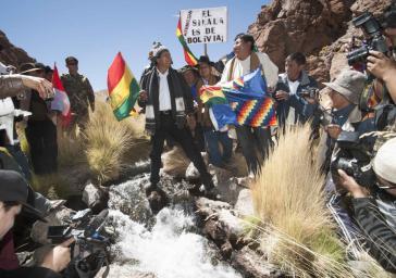 Boliviens Präsident am 26. März mit Bewohnern aus Potosí an der Quelle des Silala an der chilenischen Grenze