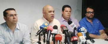 Der MUD-Generalsekretär Jesús Torrealba (2. von links) stellt für die Rückkehr an den Verhandlungstisch  Bedingungen