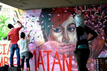 Aktivistinnen fertigen eine Wandmalerei gegen Frauenmorde in Cali an