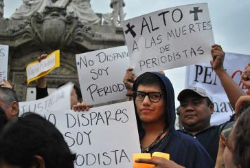 """""""Keine Morde mehr an Journalisten"""" heißt es auf einem Plakat bei einer Demonstration in Mexiko-Stadt"""