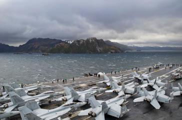 Der US-Flugzeugträger USS George Washington in der Magellanstraße zwischen dem südamerikanischen Festland und der Insel Feuerland