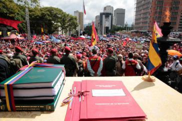Tausende versammelten sich vor dem Pantheon in Caracas ...