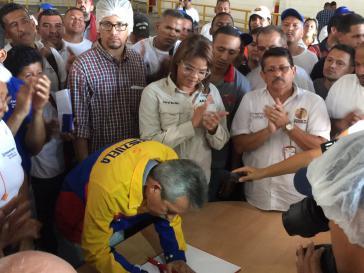 Arbeitsminister Oswaldo Vera unterzeichnete am 13. Juli den Übergabevertrag von Kimberley Clark an die Belegschaft