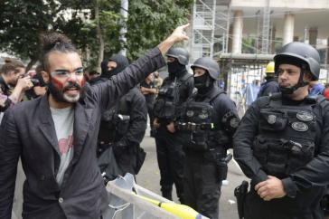Bundespolizisten überwachen den Abzug der Besetzer