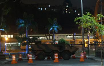 Ein Panzer an einer der Verkehrsadern in Rio de Janeiro am Abend des Beginns von Olympia.