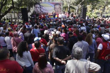 Regierungsanhänger versammeln sich  in Caracas auf dem Plaza Bolívar, um das Notstandsdekret zu diskutieren und die Regierung zu unterstützen