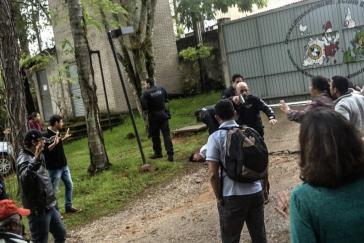 Polizisten bedrohten Schüler und Mitarbeiter der MST-Schule mit Waffen