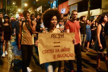 """Demonstrantin in São Paulo am 17. Oktober: """"PEC 241 = Kürzungen bei Gesundheit und Bildung"""""""
