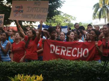 """Studierende der Universidad de Oriente in Santiago de Cuba protestieren gegen """"World Learning"""". Auf dem Transparent: """"Versucht nicht, uns zu manipulieren"""""""