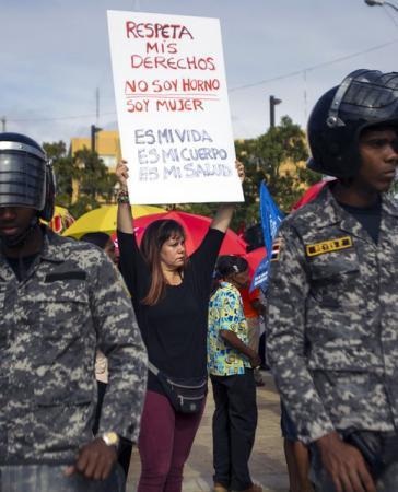 """Protest gegen Abtreibungsverbot in der Dominikanischen Republik: """"Respektier meine Rechte! Ich bin kein Ofen, sondern Frau! Mein Leben. Mein Körper. Meine Gesundheit."""""""