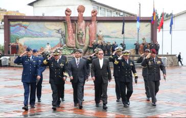 Ricardo Patiño bei seinem ersten Treffen mit der Militärführung