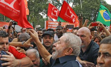 Lula umgeben von Anhängern in São Bernardo do Campo