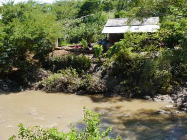 Der Fluss San Sebastián in El Salvador ist nach Beendigung der Bergbauarbeiten in den 1980ern immer noch stark kontaminiert (Aufnahme aus dem Jahr 2015)