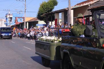 In Santa Clara säumten ebenfalls Tausende die Straßen, um Abschied von Fidel Castro zu nehmen