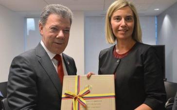 Juan Manuel Santos überreicht das Friedensabkommen an Federica Mogherini von der Europäischen Union