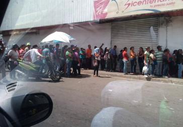 Menschen stehen vor einem staatlichen Supermarkt der Bicentenario-Kette in Carora an (4. Juni 2016)