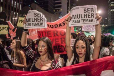 """Großdemonstration in São Paulo gegen Gewalt an Frauen. """"Ser Mulher Sem Temer"""" - """"Frau sein ohne Furcht zu haben"""" oder """"Frau sein ohne Temer"""". Michel Temer ist der derzeitige Putschpräsident"""