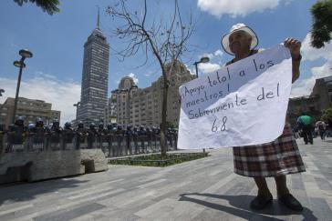 """Demonstrantin in der Hauptstadt: """"Totale Unterstützung für die Lehrer. Überlebende von 68"""". Am 2. Oktober 1968 wurden bis zu 300 friedlich demonstrierende Studenten im Stadtteil Tlatelolco in Mexiko-Stadt von Sicherheitskräften erschossen"""