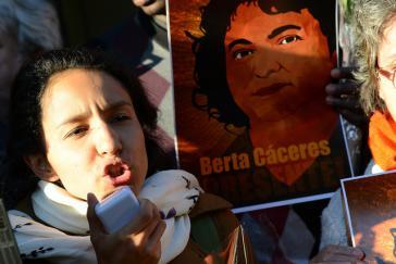 Berta Zúñiga Cáceres, eine der Töchter der Ermordeten, mit dem Bild ihrer Mutter
