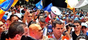 Torrealba (am Megaphon) bei einer Kundgebung vor dem Wahlrat am Mittwoch