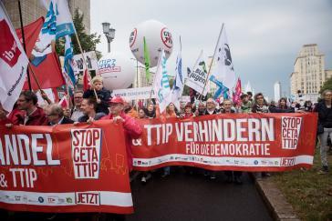 Am 17. September demonstrierten rund 320.000 Menschen in sieben deutschen Städten gegen Ceta und TTIP und forderten einen gerechten Welthandel, hier in Berlin