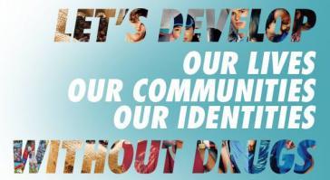 """Logo der globalen Anti-Drogenkampagne des Büros der UN für Drogen- und Verbrechensbekämpfung (UNODC): """"Lasst uns unsere Leben, unsere Gemeinschaften, unsere Idesntitäten ohne Drogen entwickeln"""""""