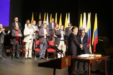 Präsident Juan Manuel Santos und der Oberkommandierendeder Farc-Guerilla, Timoleón Jiménez, nach Unterzeichnung des Abkommens am Donnerstag