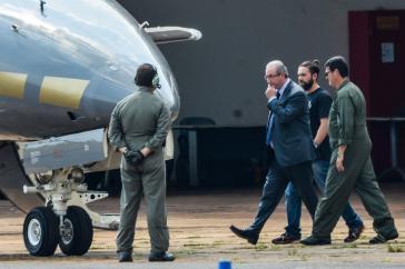 Cunha auf dem Weg ins Polizeiflugzeug. Er wurde am Mittwoch in Brasiliens Hauptstadt verhaftet