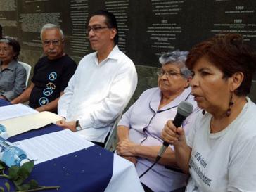 Rechts im Bild Mirna Perla von Asemoria, in der Mitte Ombudsmann David Morales