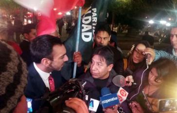 Boliviens Außenminister David Choquehuanca umringt von Medienvertretern bei seinem Besuch in Chile