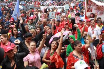 Chavistas bei der öffentlichen Unterzeichnung des Staatshaushaltes durch Venezuelas Präsident Maduro am 17. Oktober