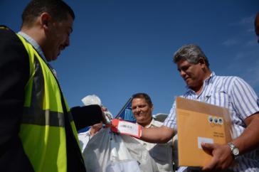 Carlos Rodriguez von der US-Post übergibt den ersten Brief in Kuba