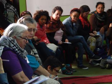 Frauen sprechen in Bogotá über Perspektiven und Erfahrungen des Feminismus