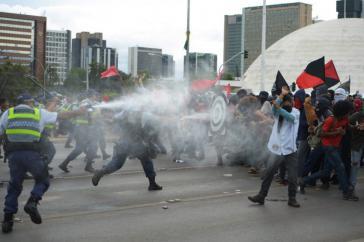 Im ganzen Land protestierten Zehntausende nach der Abstimmung im Senat. Vielererorts kam es zu heftigen Zusammenstößen zwischen Demonstranten und Polizei, wie hier in Brasília