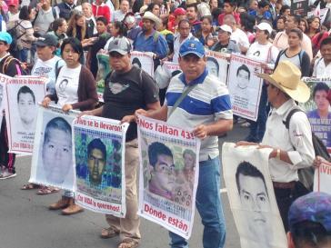 Familienangehörige mit Bildern der 43 Lehramtsstudenten bei der Demonstrationen in Mexiko-Stadt  zum 2. Jahrestag ihres Verschwindenlassens