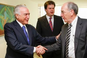 Michel Temer begrüßt Pedro Parente, Präsident von Petrobras
