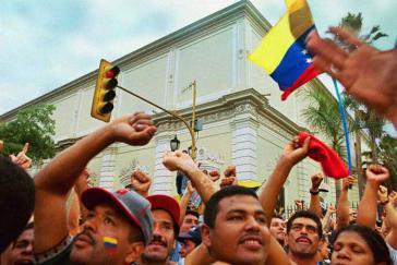 Vor dem Präsidentenpalast Miraflores in Caracas versammelten sich Hunderttausende und verlangten die Rückkehr von Präsident Chávez
