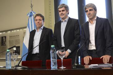 Argentiniens Kabinettschef Peña (Mitte) bei der Berufung von Dujovne (links). Nun ist der eine weg, des anderen Stuhl wackelt