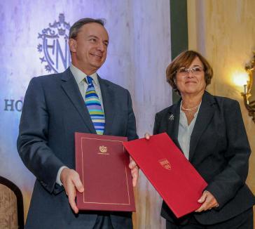 Harvards Vizedirektor Mark Christopher Elliot (Iinks) und Aurora Fernández González, Kubas stellvertretende Hochschulministerin, bei der Unterzeichnung des Abkommens am 16. Dezember im Hotel Nacional in Havanna