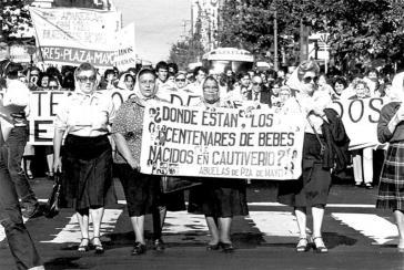 Die Organisationen der Mütter und Großmütter in Argentinien suchen bereits seit über 40 Jahren nach Verschwundenen. Das Bild stammt aus dem Jahr 1982